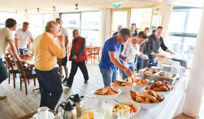 ontbijtbuffet na overnachting aan boord